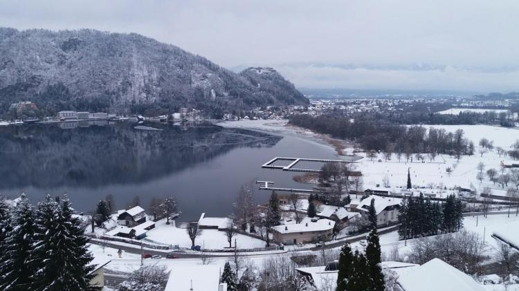 Seeblick im Winter  verschneite Landschaft