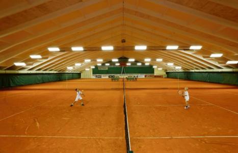 Blick auf 2 Tennisspieler in der Tennishalle in Annenheim